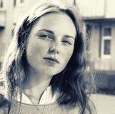 室外的秀丽 微笑的年轻和愉快的妇女画象有雀斑的 黑色白色 免版税库存照片