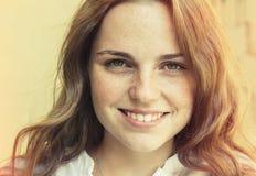 室外的秀丽 微笑的年轻和愉快的妇女画象有雀斑的 免版税库存图片