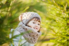 室外的秋天,走小孩的女孩户外 库存图片