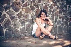 室外的年轻多文化妇女 免版税图库摄影