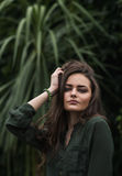 室外秀丽浪漫的女孩 美好的少年模型在摆在户外在公园的时兴的绿色礼服穿戴了 定调子在温暖的co 库存图片