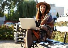 室外秀丽画象妇女,时装模特儿,俏丽的女孩,街道样式 免版税图库摄影