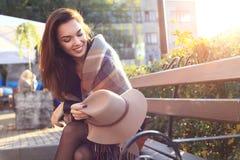 室外秀丽画象妇女,时装模特儿,俏丽的女孩,街道样式 免版税库存照片