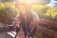 室外秀丽画象妇女,时装模特儿,俏丽的女孩,街道样式 库存图片