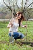 室外种植的结构树妇女 免版税库存图片