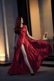 室外红色的礼服的新秀丽妇女 库存图片