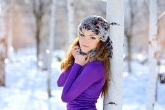 室外纵向冬天 摆在冬天的美丽的微笑的女孩 免版税图库摄影
