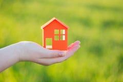 室外纸的房子在手中 免版税图库摄影