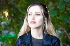 室外美丽的年轻白肤金发的夫人 库存照片