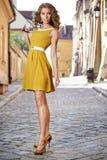 室外美丽的时尚的妇女 免版税库存图片