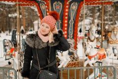 室外美丽的白肤金发的女孩的冬天画象 免版税图库摄影