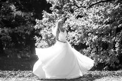 室外美丽的礼服的新娘 免版税库存图片
