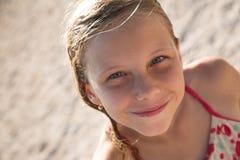 室外美好的白肤金发的女孩的微笑 免版税库存图片