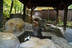 室外脚与岩石水池和木柱子屋顶, Kur的热的温泉 图库摄影