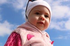 室外蓝天背景的画象幼儿  免版税库存图片