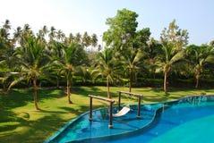 室外设计水池和庭院在泰国 免版税库存照片