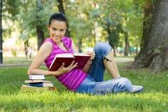 室外读取妇女年轻人 免版税库存图片