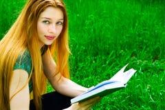 室外读取学员妇女年轻人 免版税图库摄影