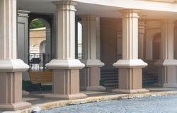 室外走廊视图步行方式和罗马哥特式样式柱子 免版税图库摄影