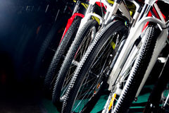 室外越野循环的五颜六色的专业bycicles与 库存图片