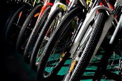 室外越野循环的五颜六色的专业bycicles 免版税图库摄影