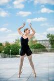室外跳芭蕾舞者的跳舞 库存图片
