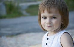 室外逗人喜爱的小女孩 免版税库存图片