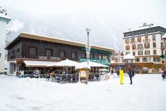 室外酒吧在夏慕尼镇在法国阿尔卑斯 库存照片