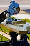 室外长凳的木匠 免版税库存照片