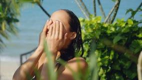 室外阵雨的美丽的少妇有一张洗涤的面孔暑假 免版税库存照片
