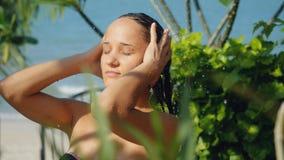 室外阵雨的美丽的少妇 肉欲和诱人有一根洗涤的头发暑假 免版税库存照片