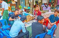 室外食物的缅甸人民失去作用,仰光,缅甸 库存图片