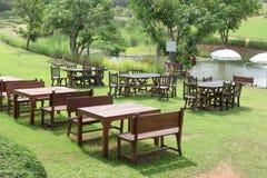 室外餐桌布置与长凳 库存图片