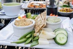 室外餐馆就座用健康素食食物 免版税图库摄影