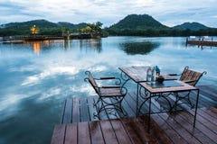 室外餐馆有在湖的美好的山景 免版税库存照片