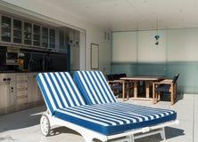 室外, sunbed的两 免版税库存图片