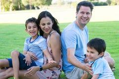 室外年轻人种间家庭的喜悦 免版税库存照片