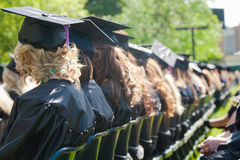 室外仪式的毕业生 免版税库存图片