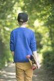 室外轻松的少年滑板的男孩 库存图片