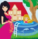 室外水池的小女孩和她的年轻怀孕的妈妈 免版税库存照片