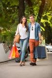 室外购物的夫妇 免版税图库摄影