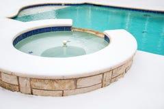 室外浴盆在冬天 免版税库存照片