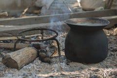 室外黑罐火黑色罐日出铁的煮沸 免版税库存图片