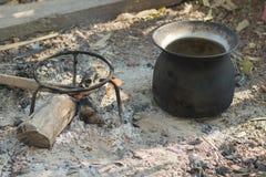 室外黑罐火黑色罐日出铁的煮沸 免版税库存照片