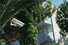 室外CCTV照相机在房子的背景的晴天有阳台的 库存图片