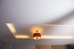 室天花板,与红灯电灯泡低灯的天花板 库存照片