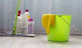 室清洁,清洁设备,有洗涤剂的手套的绿色桶 库存图片