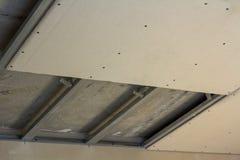 室特写镜头细节建设中 从干式墙的吊车被修理金属化与螺丝的框架 整修, insulatio 免版税图库摄影