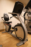 室用健身房设备在体育俱乐部、体育俱乐部健身房、健康和休息室 免版税库存照片