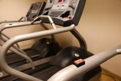 室用健身房设备在体育俱乐部、体育俱乐部健身房、健康和休息室 免版税库存图片